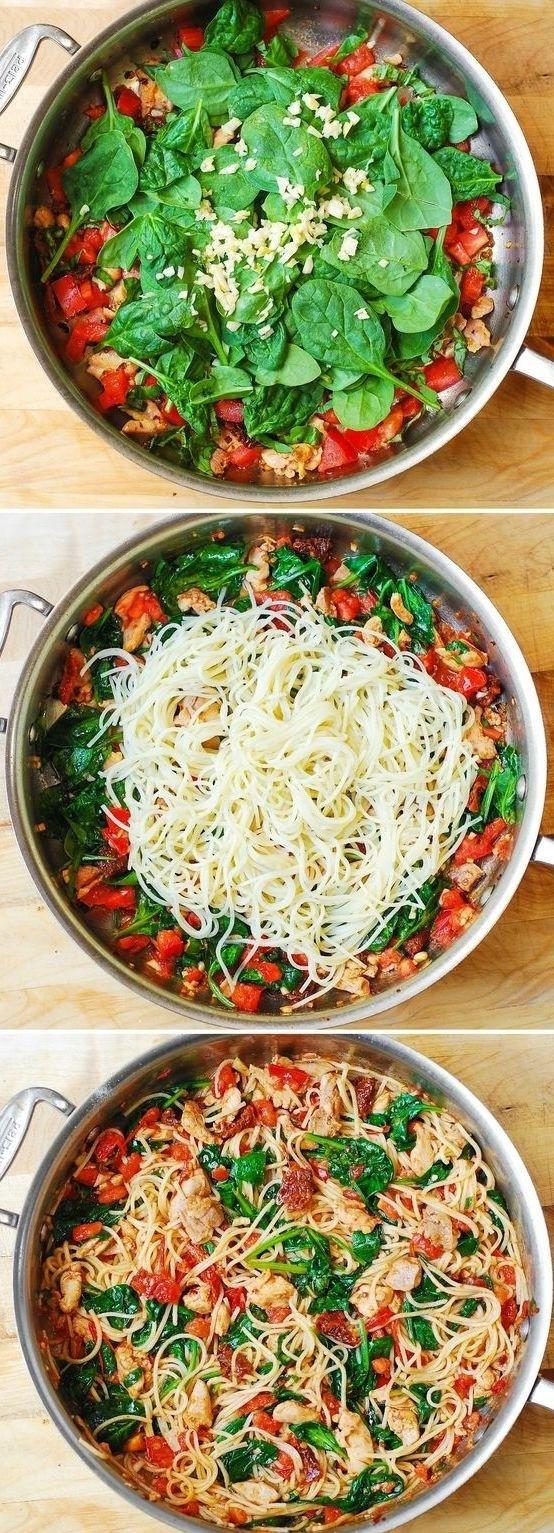 Espagueti con pollo, tomate, y espinacas. | 20 Recetas de cenas saludables que puedes hacer en 20 minutos