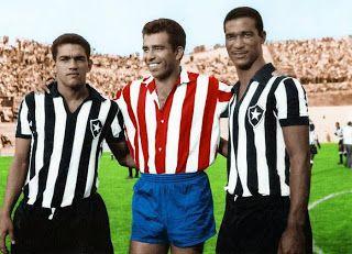Antes do amistoso entre Botafogo x Atlético de Madri, em 1959, Garrincha, Vavá e Didi.