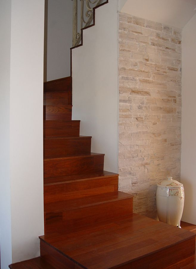 Revestimiento de escalera de f brica con duelas macizas de for Madera para escaleras