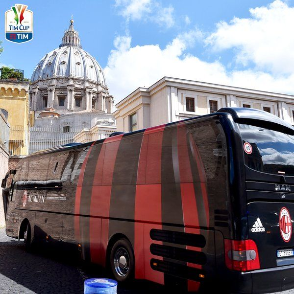 """Serie A TIM di Twitter: """"Dopo l'udienza dal Papa, si riparte. Ecco i pullman di @juventusfc e @acmilan. Cresce l'attesa per la #FinaleTIMCup. https://t.co/DF5gfxdJDB"""""""