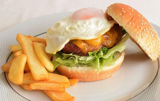 Hambúrguer com Ovo - http://www.receitaspraticas.net/hamburguer-com-ovo/