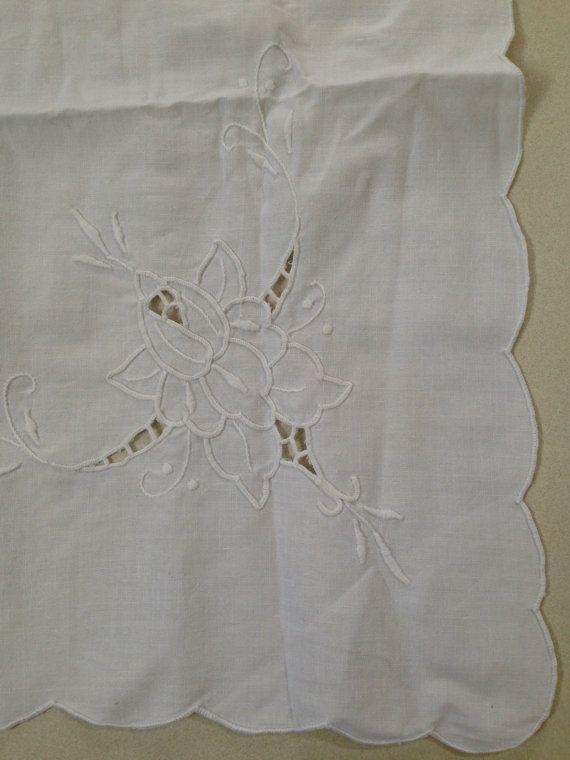 No: 6 Paño de tabla del algodón Vintage blanco cuenta con puntada de satén blanco bordado floral hueco y un borde festoneado. Paño de tabla poco dulce en gran condición. Llight marcas como se muestra en la última foto Medidas 85cm (33 1/2) 80cm (31 1/2) Es difícil ser precisos sobre el coste de envío. CUALQUIER SOBRECARGA EN EL ENVÍO SERÁ REEMBOLSADO. ¿Quieres varios elementos? Envío combinado es más barato, por favor envíenos un mensaje. Más diseños a... Por favor disfrute mi...
