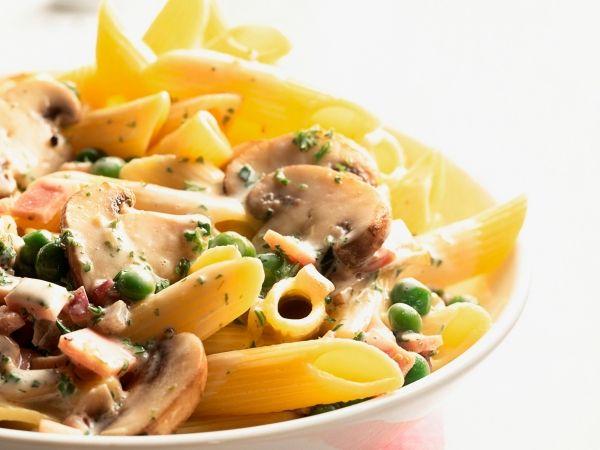 Pasta met champignons, erwtjes en spek. Lekker en eenvoudig.
