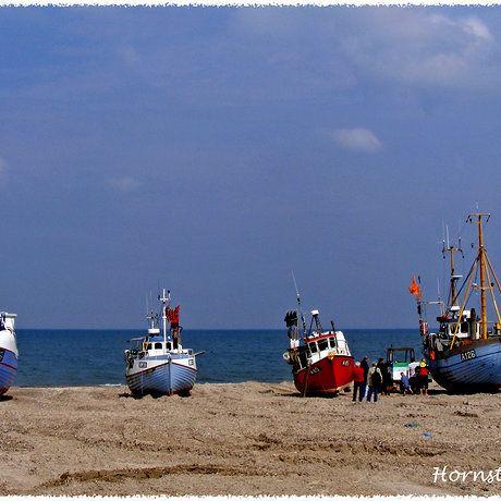 Een aantal vissersdorpjes hebben geen havens. De boten worden het strand opgetrokken. In Lokken en Hornstrup kun je dagelijks genieten van de binnenkomst van de vissersvloot