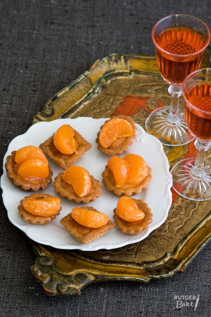 Deze oranje mignardises met mandarijn zijn perfect voor Koningsdag. Het recept is afkomstig uit het boek Oranje toetjes.