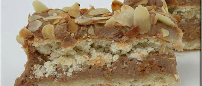 Трехслойный ананасовый пирог с миндальными хлопьями.  Я не буду обманывать вас и говорить, что этот десерт проще простого, легче легкого и быстрее быстрого. Но!!! Во-первых, его можно готовить вместе с детьми (особенно в процессе размешивания теста в крошку и прижимания его к форме). Во-вторых, это действительно полезные продукты – ананасы, коричневый сахар, овсяные хлопья, миндаль. В-третьих...