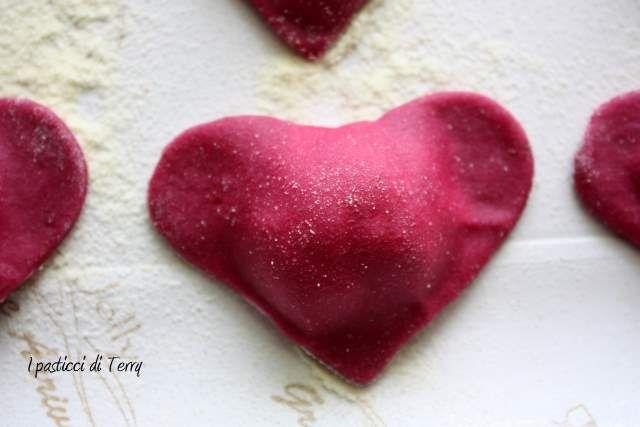 Lo so, non è da me lasciarvi idee a tema ma a questi cuori rossi, come l'amore, non ho saputo resistere. Giusti giusti per San Valentino.  Vi aspetto sul blog per la ricetta. http://www.ipasticciditerry.com/pasta-fresca-cuori-rossi-brunoise-verdure/