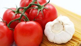 Les hommes : prenez soin de votre prostate avec l'ail. Prouvé scientifiquement. Tomatoes and garlic are both proven cancer fighters. (Thinkstock)