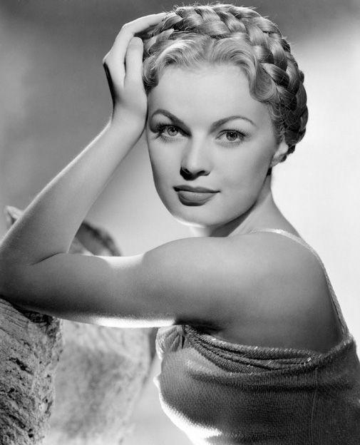 Recogidos con trenzas, siéntete una diosa - June Haver (1944).