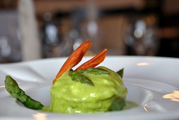 Soufflé d'asperges et sa crème, accompagné de son œuf poché Asparagus soufflé and cream, served with a poached egg