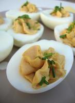 Gevulde eieren met paprikapoeder, kerrie en basilicum. Het recept staat op mijn blog De Zoetekauw. Klik op bron om naar het recept  te gaan.