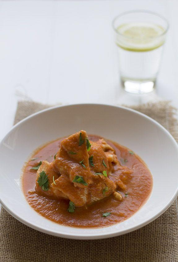 Pechugas de pollo en salsa de tomate cocinando en un - Pechuga d pollo en salsa ...