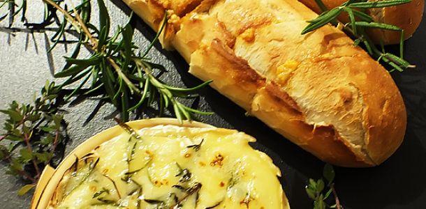 Camembert copt la cuptor cu cimbru si rozmarin.