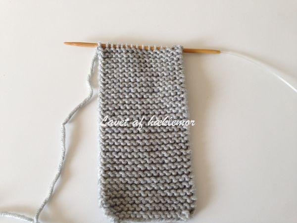 Størrelsen er til 0-3 måneder. Strømpepinde str. 3,5 og et nøgle drops Merino ekstra Fint (eller andet tilsvarende blødt garn til pind 3-4) Strømperne strikkes i retstrik og frem og tilbage på pind…
