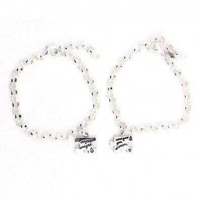 Bonitas #pulseras de la amistad 2 pulseras de plata para compartir con tu amiga especial. Llevan colgando piezas de puzle que se unen. http://ift.tt/2iJeiqb