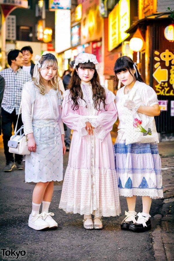VINTAGE & HANDMADE STREET FASHION W / PINK HOUSE, KINJI, DAISY & TOKYO BOPPER | ARTFORIA.COM  Berita Fashion Jepang – Tenchan, Luna, dan Mayu – semua siswa mode Jepang berusia 19 tahun – menarik perhatian kita dengan penampilan vintage pastel mereka di jalan di Shibuya.  Tenchan – di sebelah kiri dengan rambut pirang dengan pita – mengenakan potongan vintage dan rok midi vintage dengan platform Bopper Tokyo. Tasnya adalah oleh Samantha Thavasa Jepang. Toko vintage favoritnya adalah Daisy dan…
