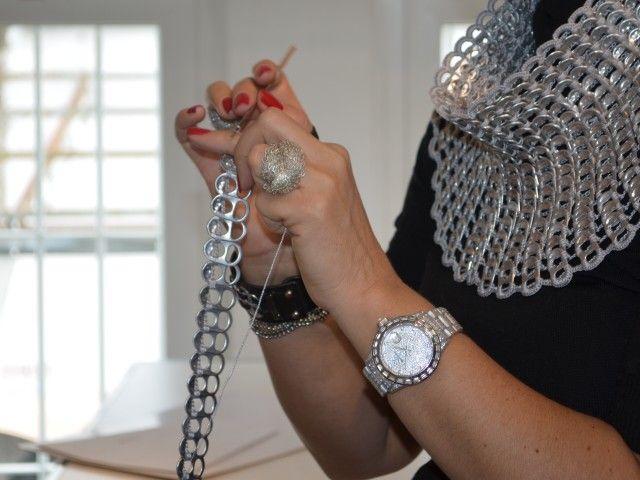 tejiendo anillas de lata