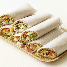 Sandwiches roulés à l'houmous et légumes râpés