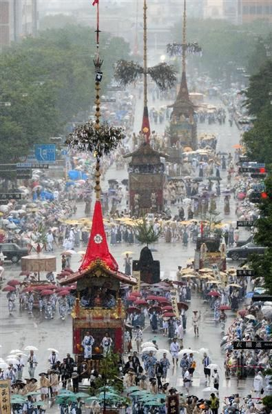 台風11号の影響で時折、風雨に見舞われる中、行われた祇園祭前祭の「山鉾巡行」=7月17日午前、京都市