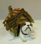 Hondenbeeldje Engelse bulldog in hok