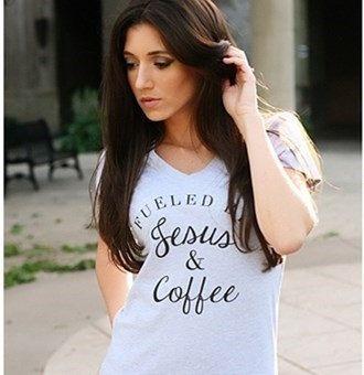 Alimentée par Jésus & T-Shirt café  Couleur montrée: Gris/noir texte (comme sur la photo)  Adultes tailles disponibles: S / M / L / XL / 2 X / 3 X (ras du cou et col en v) Pré-rétréci unisexe ou dames T-shirts  Chemises unisexes sont pleine taille avec un manches complètes. Dames T-shirts sont un ajustement de Junior profilée avec manches style. Le style Unisex convient lâche. Le style de dames s'adapte à près de votre corps. Les dames de moyenne sera plus ...