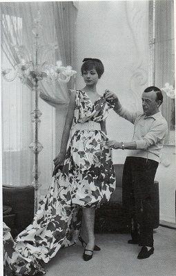 Schubert 1959 - Con l'attrice Marilù Tolo che prima di dedicarsi al cinema sfilo per il famosa stilista.