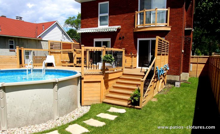 Un grand patio avec deck de piscine hors terre