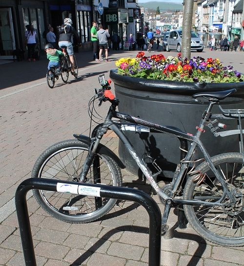 More bicycle stands for Kendal town centre http://www.cumbriacrack.com/wp-content/uploads/2017/04/New-bike-stands-in-Kendal.jpg Work has just been completed to more than double the number of bicycle stands in Kendal town centre.    http://www.cumbriacrack.com/2017/04/07/bicycle-stands-kendal-town-centre/