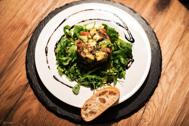 Eine spannende Kombination: Avocado, Tomaten, Belugalinsen & Mozarella mit Ruccola & einem Dressing aus Zitronensaft und bestem Öl - gesund & lecker.