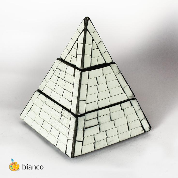 Piramide portagioielli in vetromosaico, realizzata a mano   colore: bianco      base 15 cm - altezza 19 cm  base 20 cm - altezza 25 cm  base 23 cm - altezza 30,5 cm