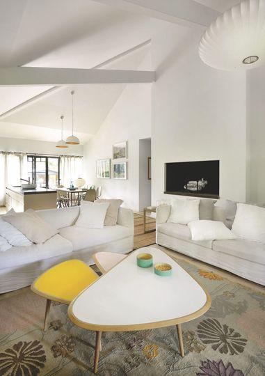 Salon blanc avec touches rétro dans cette bâtisse du Cap Ferret - Maison au Cap Ferret pour une famille modèle - CôtéMaison.fr