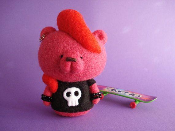 Esta es una de tipo textil arte Bear.  Malvada Roxy es su nombre. Ella ama la música Punk y patinaje.  Este oso super cool es aguja de fieltro.  Batanado de la aguja es mi técnica favorita, consiste en la conformación de una forma a través de la continua punzante con una aguja muy afilada. Aunque toma mucho tiempo para alcanzar la forma deseada, es siempre con una sensación de maravilla que termino una pieza. De fibras finas a un objeto sólido. UAU...  Ella tiene una piel magenta y dos…