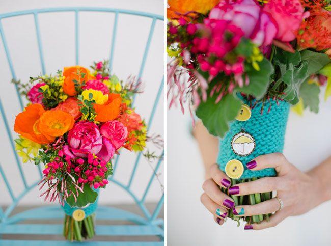 Stanche dei soliti bouquet? Per una sposa giovane e moderna ecco una bella idea! Chiusura in uncinetto azzurro con bottoncini colorati in pendant con lo smato... decisamente trendy! #original-bouquet #whitewedding #whiteweddingitaly #bouquet
