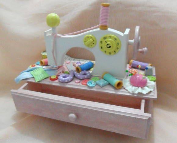 Caixa máquina de costura decorada em biscuit .  pode ser feita em outras cores.  O prazo de produção pode variar, dependendo da quantidade de produtos e da disponibilidade R$ 95,00