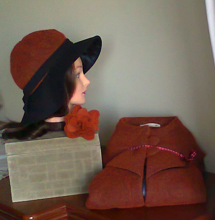 Poncho, chapéu e flor do mesmo tecido cor telha Visit Doce Açucena no facebook: https://www.facebook.com/pages/Doce-A%C3%A7ucena/239223889555620 acucena.doce@gmail.com Tlf.: +351 922052180 (for connecting from the foreign)