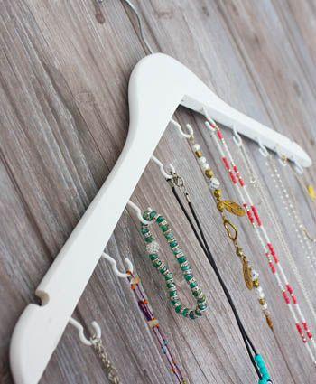 Van een mooie houten kleerhanger maak je in een handomdraai deze handige opberger voor kettingen en armbandjes. En je hebt er niet eens gereedschap voor nodig. Aan de slag!