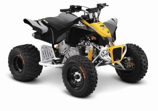 En pigg ATV för de mindre. Can-Am DS 90 X (från 10+ år) har CVT subtransmission plus ytterligare egenskaper som HPG piggyback-stötdämpare, svarta aluminiumfälgar och nerf bars. Det roliga kan börja!