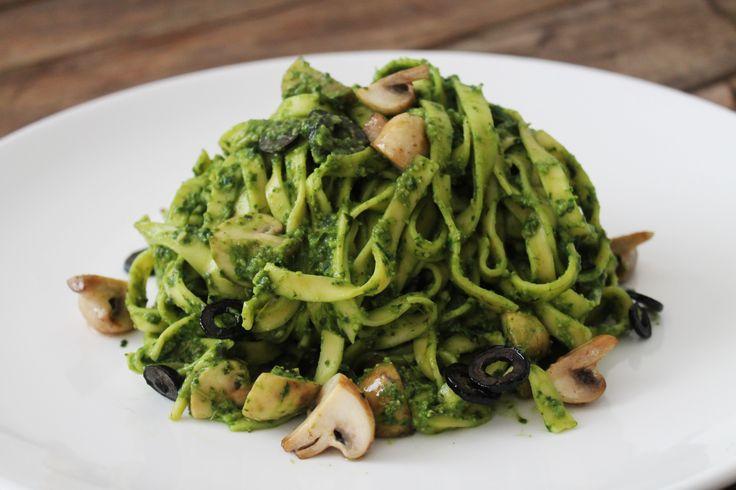 Tagliatelle al pesto con olivas y setas