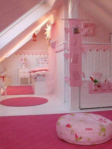 Auf Rosen gebettet: Romantische Bettwäsche gehört in diesem Himmelreich natürlich dazu! Und für die witzige Nachttischlampe wurde ein Lampenschirm mit Stoff passend zu den großen Sitzkissen beklebt. Süßes Detail im Mädchenzimmer: das kleine Vogelhäuschen!