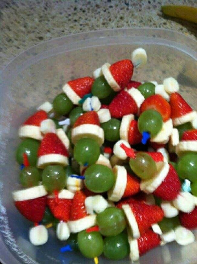 Gezonde traktatie: mini marshmallow, aardbei, schijfje banaan en een druif ♡ of voor kerst