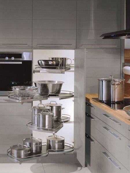 Ejemplo de un armario de esquina un esquinero equipado con le manso kitchen organisers - Armarios empotrados en esquina ...