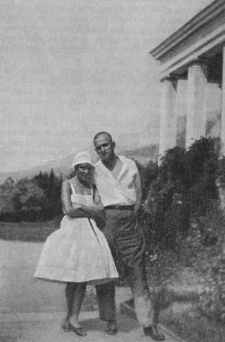 МАЯКОВСКИЙ И Л. Ю. БРИК В КРЫМУ В 1926 г.