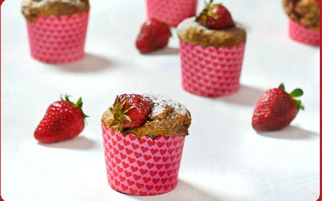 Ricetta dei muffin integrali alla fragola Estate, stagione di frutta colorata. Immancabili le fragole, delizia per tutta la famiglia! Che ne dici di prepararci un bel dessert integrale, facilissimo e leggero? Nell'articolo trovi l'imperdibil #dessert #muffin #integrale #frutta