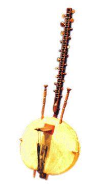 KORA.   La kora es un instrumento generalmente de 20 o 21 cuerdas, mezcla de arpa y de laúd de África occidental. La kora se construye a partir de una calabaza grande cortada a la mitad, con una cubierta de cuero para lograr la caja de resonancia a lo que se le agrega un puente con muescas para transmitir la vibración de las cuerdas sujetas al mástil. El sonido de la kora recuerda el del arpa, aunque cuando se toca de forma tradicional, se asemeja más al estilo de las guitarras flamencas…