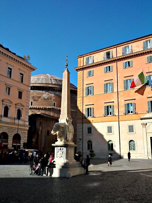 Roma, piazza della Minerva.  Con questa luce, l'elefantino del Bernini sembra di alabastro.