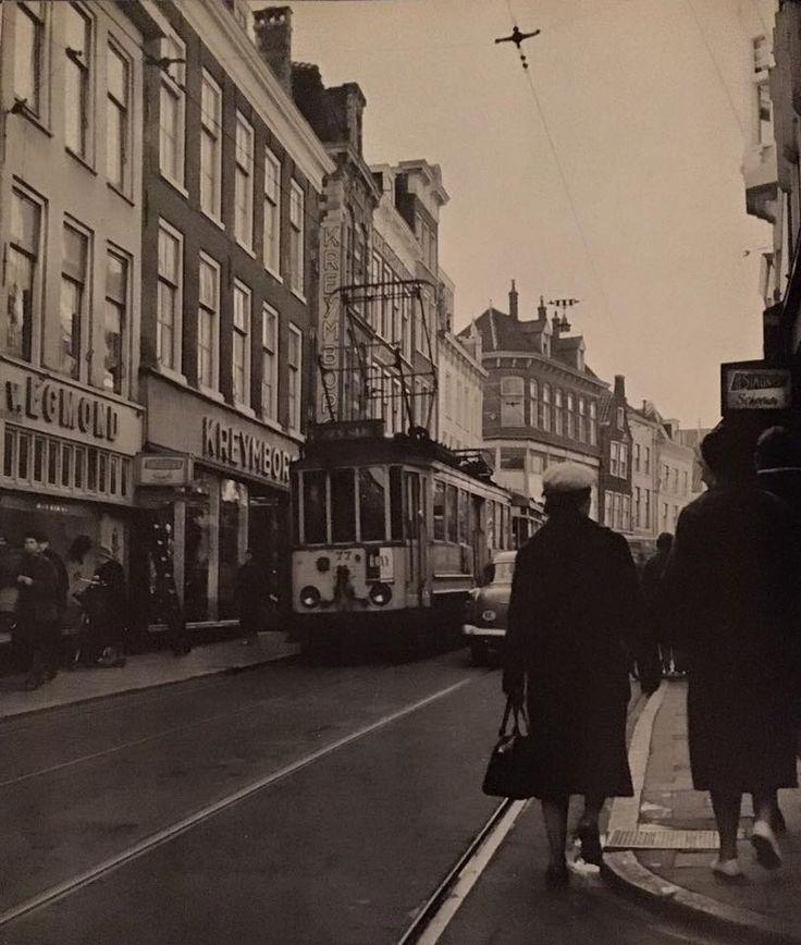 De Gele Tram in de Haarlemmerstraat, ter hoogte van Van Egmond (hoeden) en kledingmagazijn Kreymborg (1961).