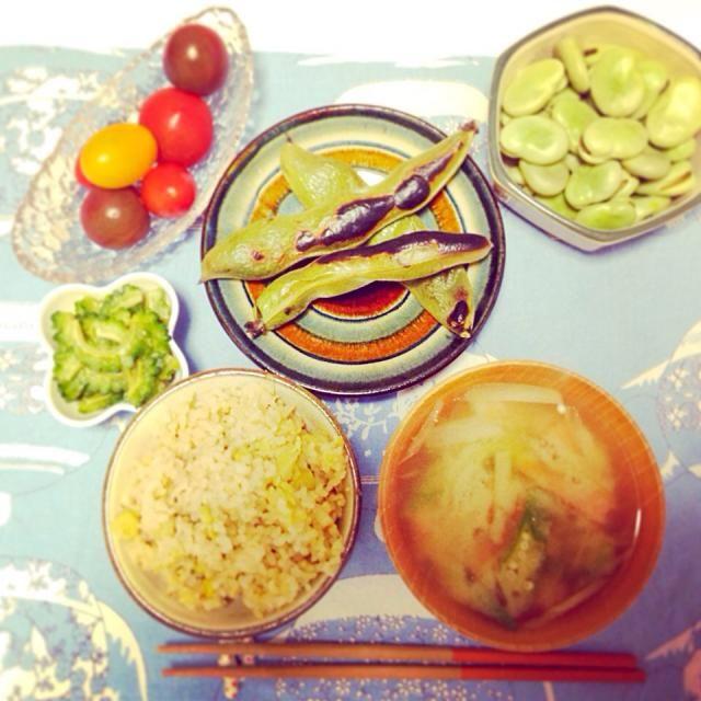 そら豆ご飯。 塩麹とみりんで味付け  焼きそら豆と茹でそら豆  ミョウガとオクラ、ニンジンのお味噌汁  ゴーヤのおひたし  フルーツトマト - 11件のもぐもぐ - そら豆御膳(^^) by midoriaya