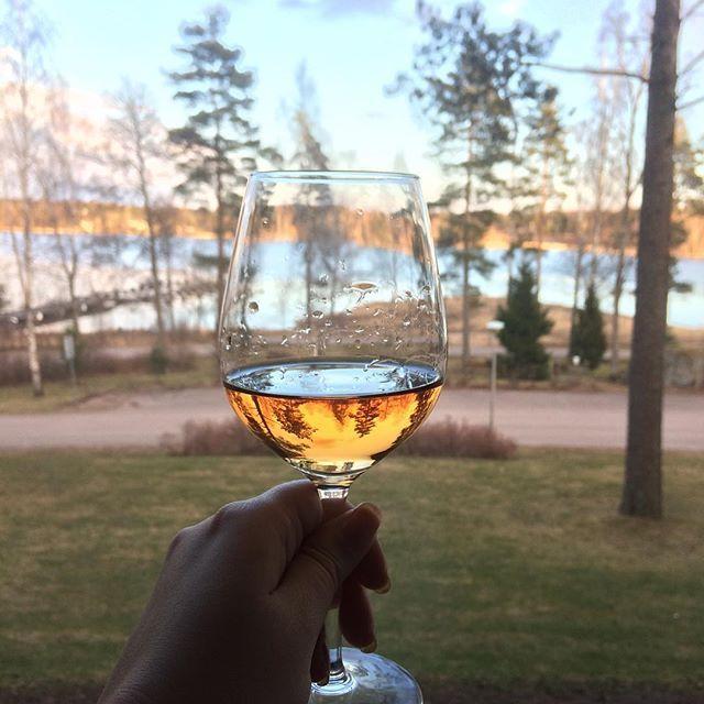 Skål ja rentouttavaa pääsiäistä! 🍷🐣 #spa #weekendgetaway #wine #rose #långvik #easter #seaview #thankgoditslångweekend #langvikhotel http://www.langvik.fi/
