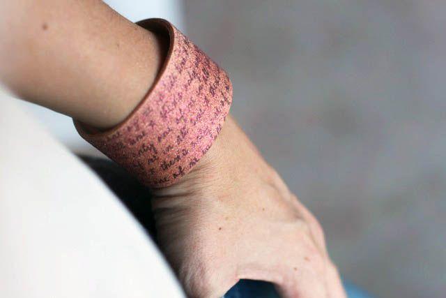 Bracelet manchette en cuir pailleté. Tutoriel du transfert d'un texte avec du Citra Solv puis pulvérisation de peinture pailletée.