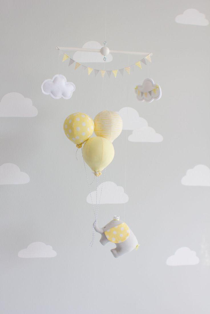 Mobile pour bébé éléphant.  Un petit voyage éléphant flottant trop loin des aventures de pendaison sur 3 petits ballons. Un complément parfait à votre décor de pépinière de thème voyage ou cirque. Le petit éléphant et les ballons sont tous à la main en tissu et enfilées sur une cheville en bois avec de la ficelle claire. Fini avec deux peu de nuages et de drapeaux Bruant des albums. Les petits nuages peuvent être personnalisés avec un nom ou un saying.* abrégé (voir la note au bas)  Dans…